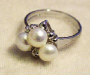 Jewelry/threewhitepearlring.JPG